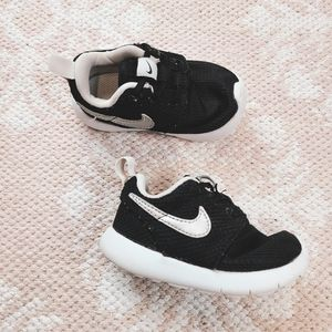 Nike Baby Black and White Roches Size 5
